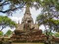 zerstörter Buddha vor einem Chedi
