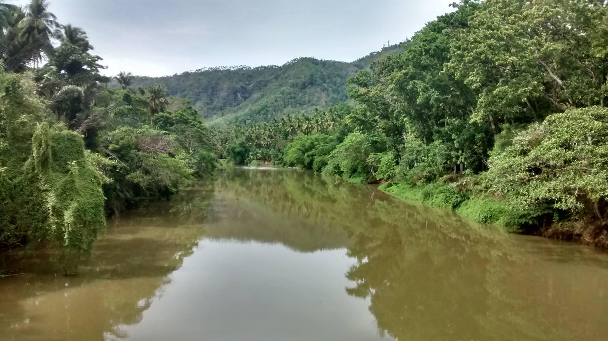 Gebirge und Fluss auf den Philippinen