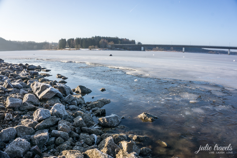 Gefrorene Steine im Vordergrund, der See im Hintergrund