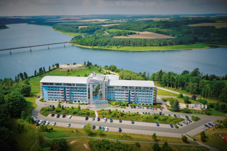 Luftaufnahme vom Bio-Seehotel Zeulenroda mit See im Hintergrund