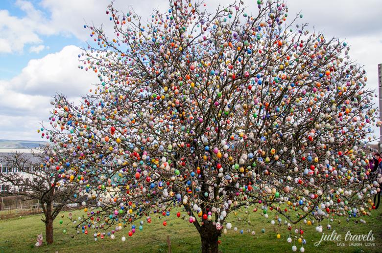 Der Ostereierbaum in Saalfeld im Garten der Familie Kraft