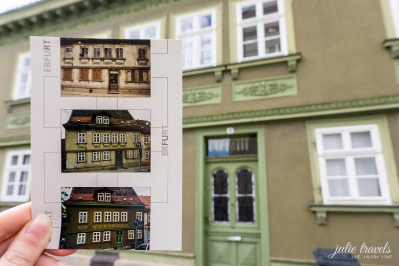 Ich halte eine Postkarte vor das echte Haus