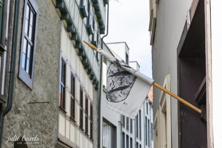 Eine Fahne hängt vor einem Laden