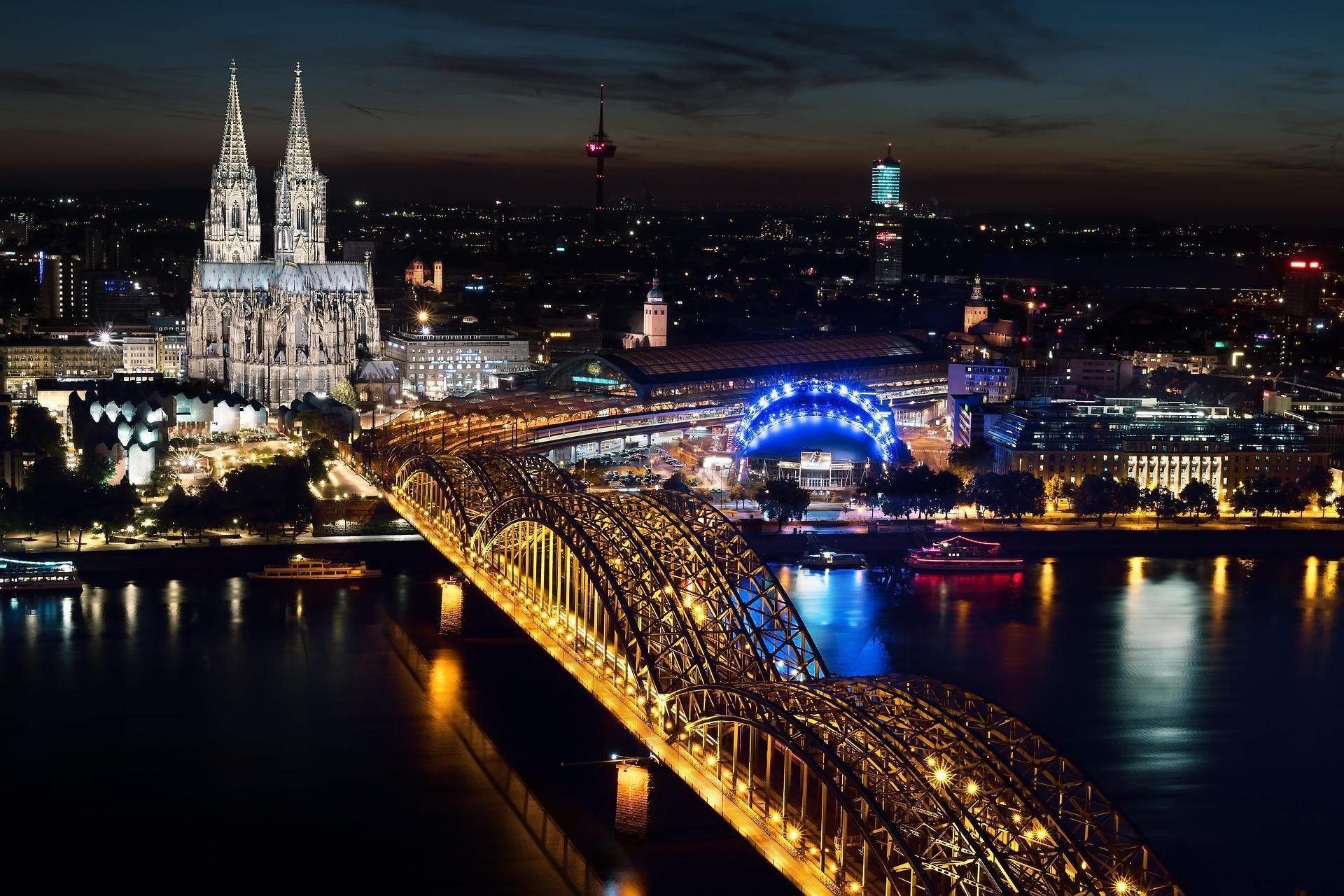 Kölner Dom mit Hohenzöllernbrücke und Musical Dome bei Nacht cologne-1846338_1920