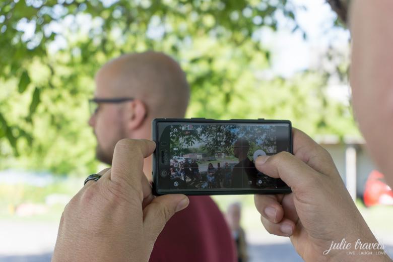 Schnappschuss - Ulrich macht mit dem Smartphone ein Bild vom Workshop