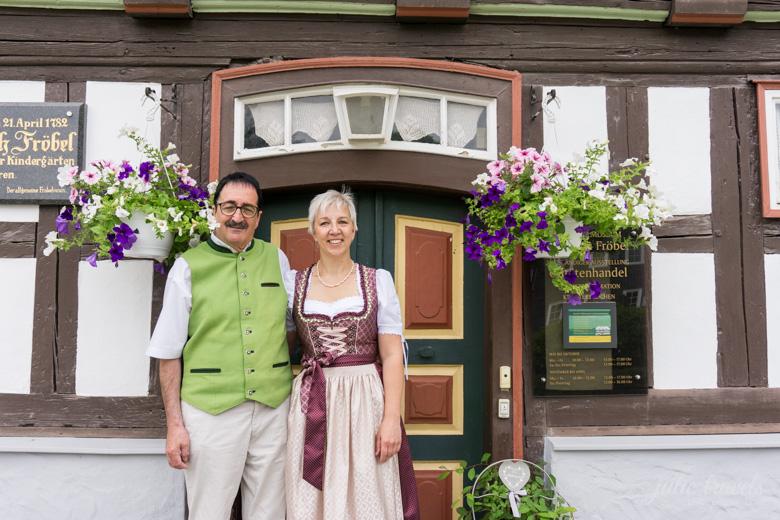 Fröbelhaus Oberweißbach - davor stehen Katharina Eichhorn und Gert Eberhardt