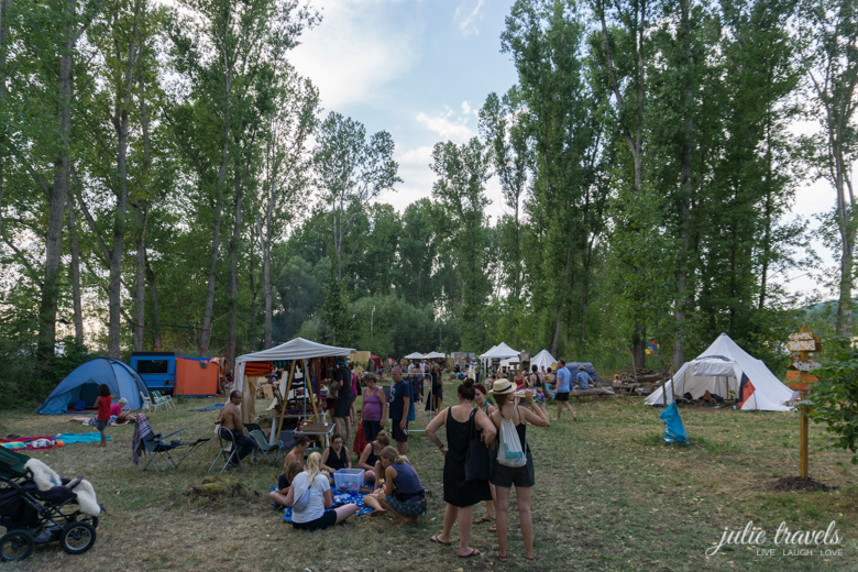 Blick in das Wäldchen zum Auerworld Festival