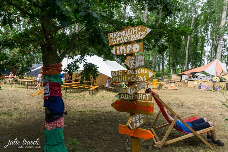 Wegweiser auf dem Auerworld Festival