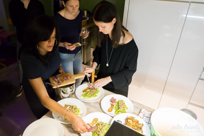 Essen anrichten beim Supperclub im Krämerloft