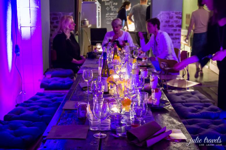 Gemütliche Stimmung am Tisch beim Kochen und Freunde Event in Erfurt.