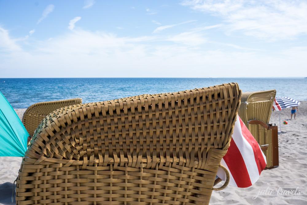 Ein Strandkorb im Vordergrund, dahinter die Ostsee.
