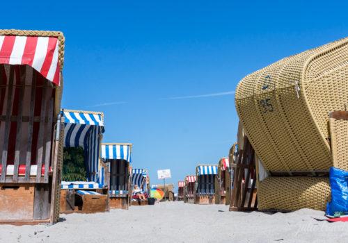 Eine Reihe von Strandkörben.