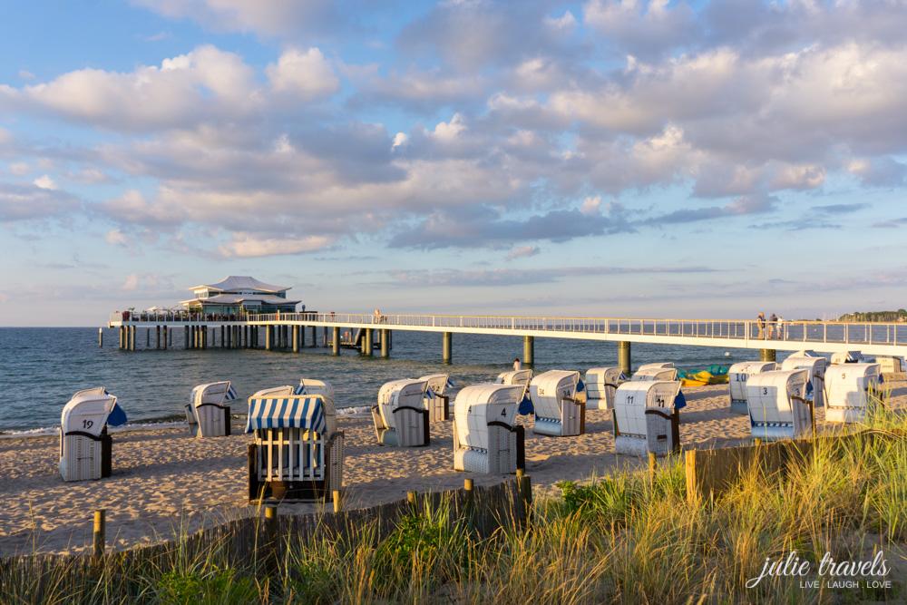 Strandabschnitt mit Seebrücke und Restaurant Wolkenlos im Sonnenuntergang