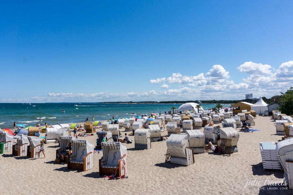 Strandabschnitt an der Ostsee mit Strandkörben
