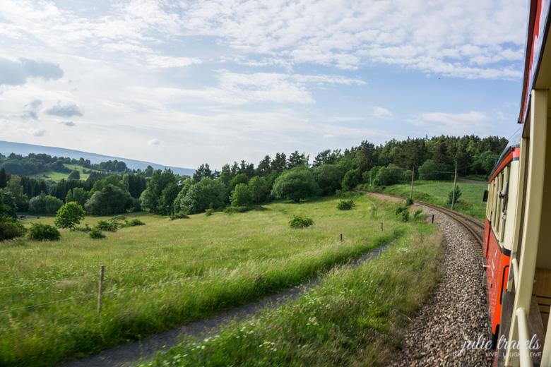 Blick in die Landschaft auf dem Olitätenwagen der Oberweißbacher Schwarzatalbahn