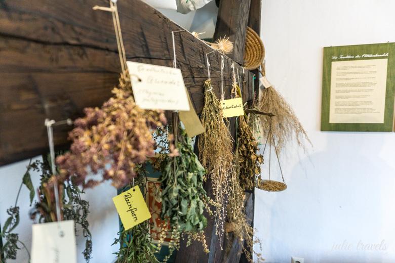 Getrocknete Kräuter im Fröbelhaus