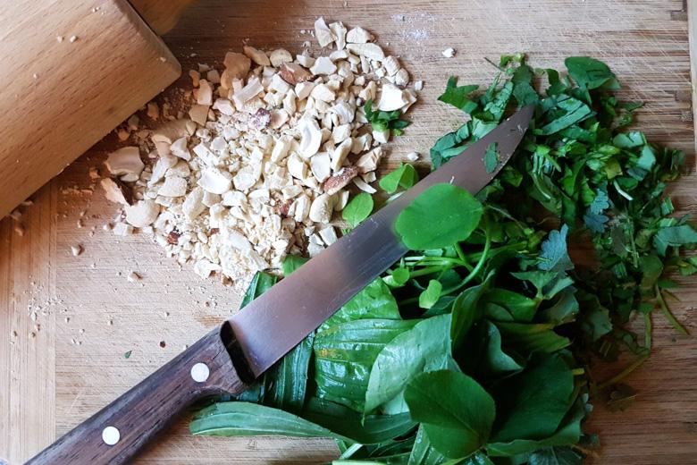 Klein gehackte Zutaten für die Kräuterkruste