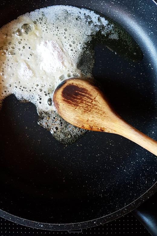 Butter in der Pfanne schmelzen