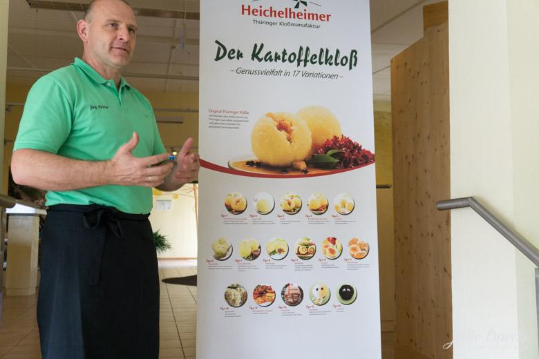 Herr Richter erklärt die Kloßvielfalt in Heichelheim