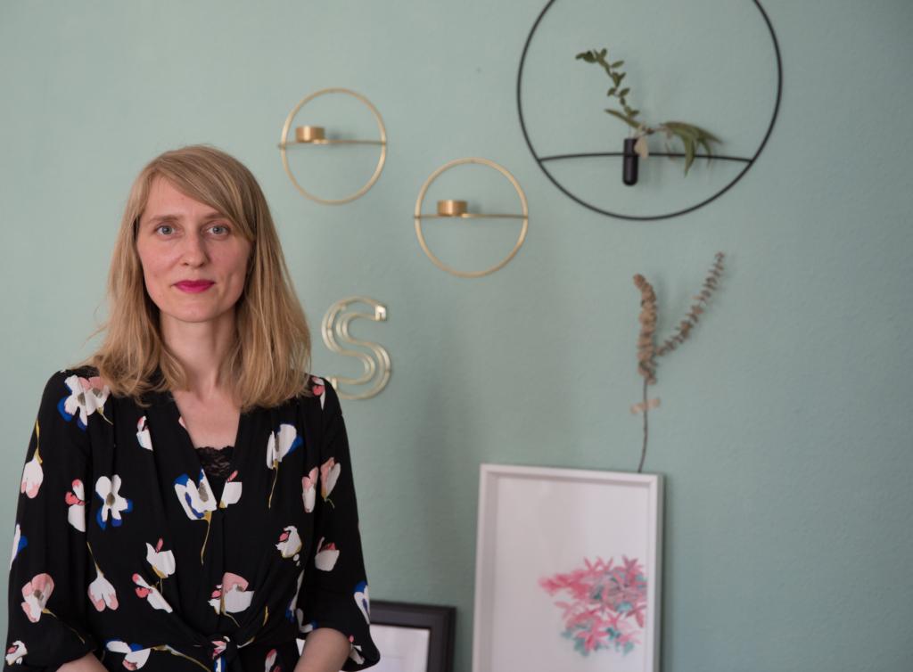Kristin von youdesignme vor einer Wand mit interior design Stücken
