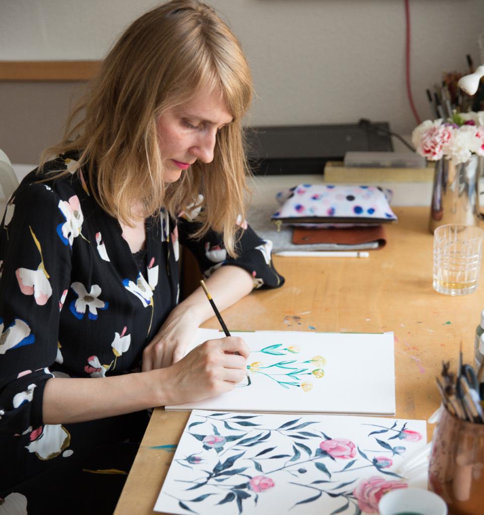 Kristin von youdesignme beim Zeichnen floraler Motive am Schreibtisch