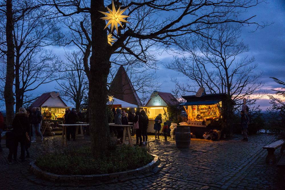 Stände vom Weihnachtsmarkt in der Mitte der Kernburg der Leuchtenburg.