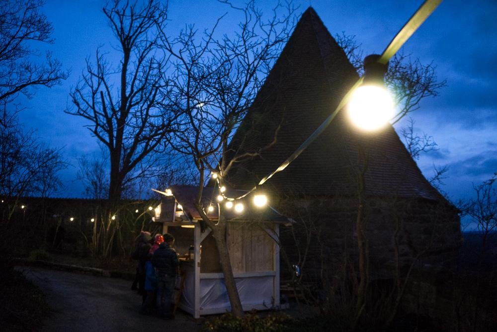 Weihnachtsmarktstand am Burgturm der Leuchtenburg