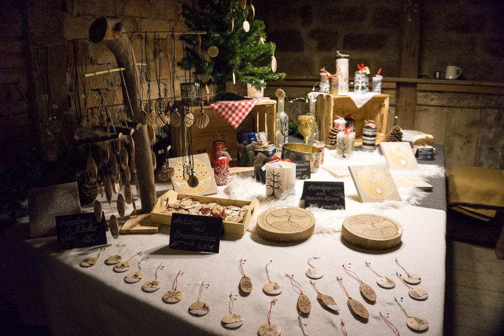 Ein Stand mit Holzschmuck und Kunsthandwerk.