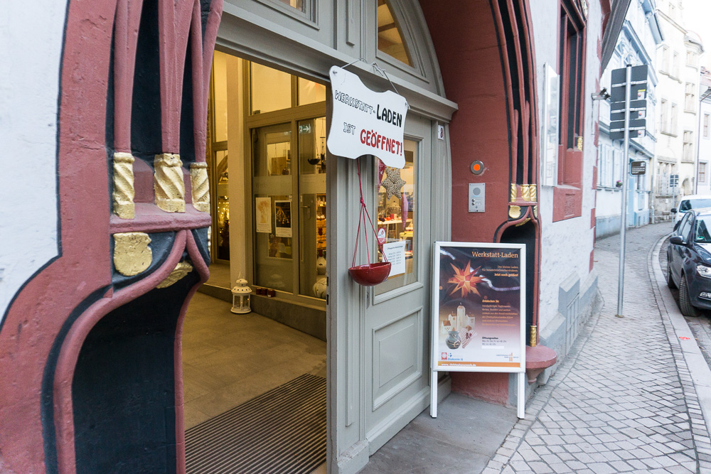 Tor zum Eingang des Werkstatt-Ladens